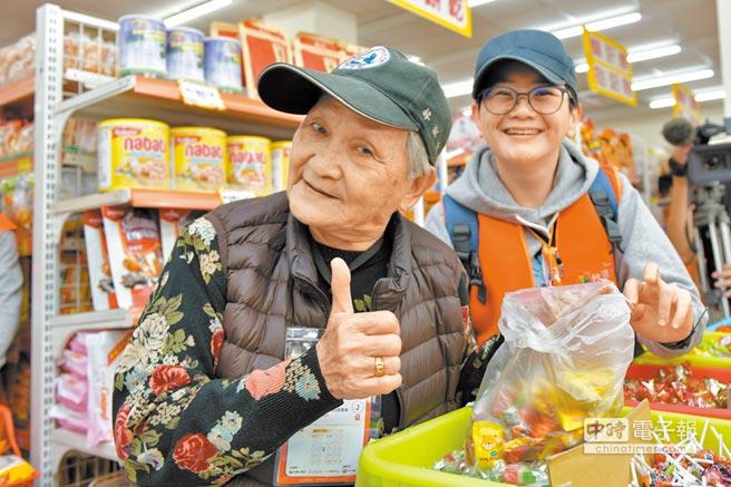 台灣大哥大志工陪同花蓮獨居長者採買年貨。(台灣大提供)
