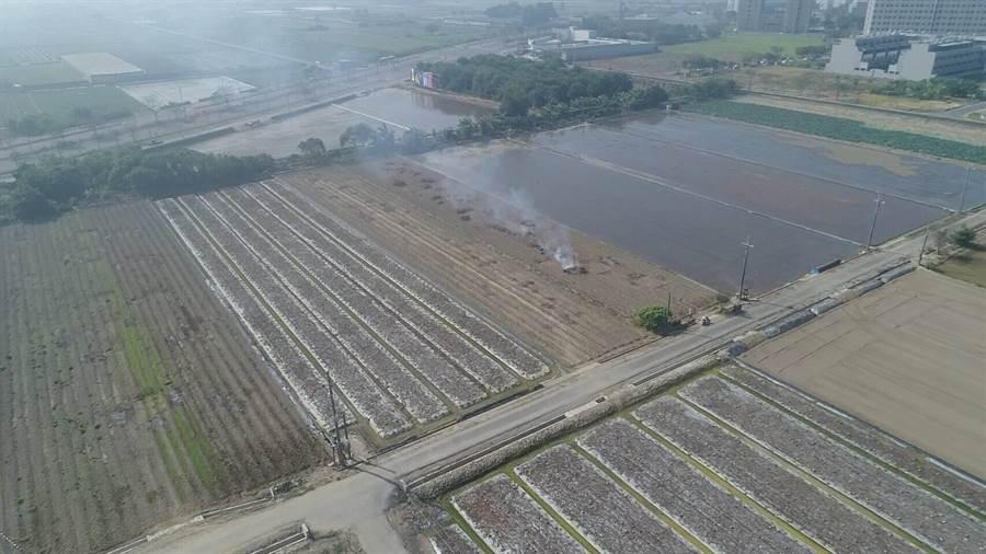 台南市連續空汙達紅害等級,善化區仍有農民露天燃燒胡麻梗,遭環保局取締開罰。(台南市環保局提供)
