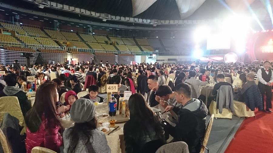 桃大機構年終感恩晚會,席開250桌。(甘嘉雯翻攝)