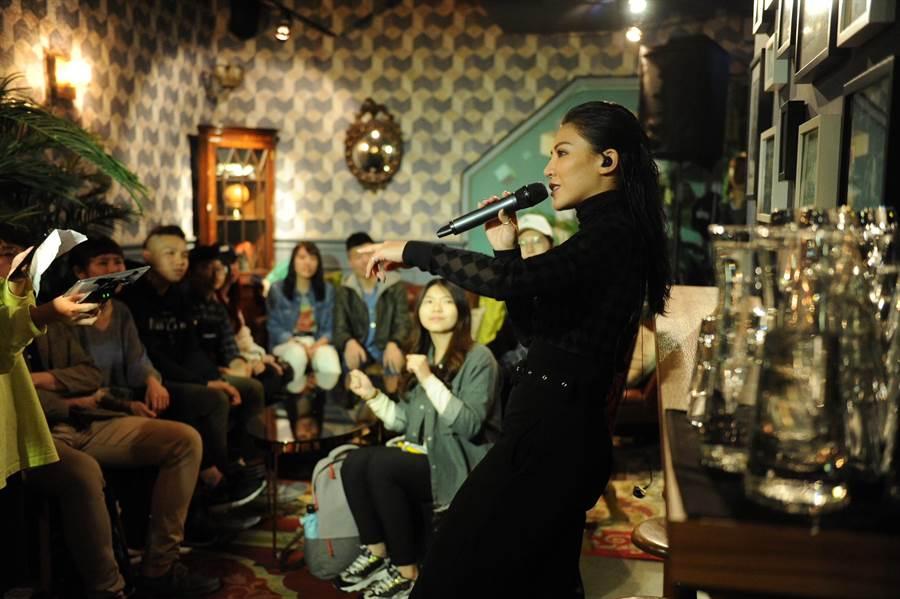 艾怡良昨在台北各大餐酒館開唱。(EMI環球提供)