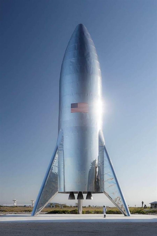 美國太空探索科技公司執行長馬斯克在推特上傳「星艦」火箭原型照片。(圖/twitter.com/elonmusk)