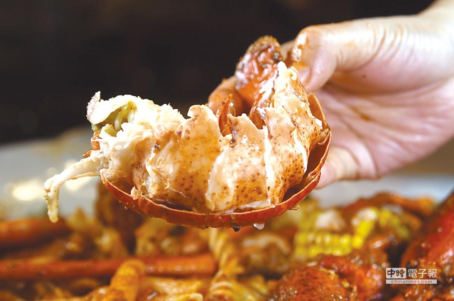〈Dancing Crab蟹舞〉菜單上的〈波士頓龍蝦組合包〉,除了整隻龍蝦,另外還有藍蟹、白蝦、松葉蟹腳、冰蟹腳、扇貝,以及玉米、培根和紅蘿蔔等食材。圖/姚舜