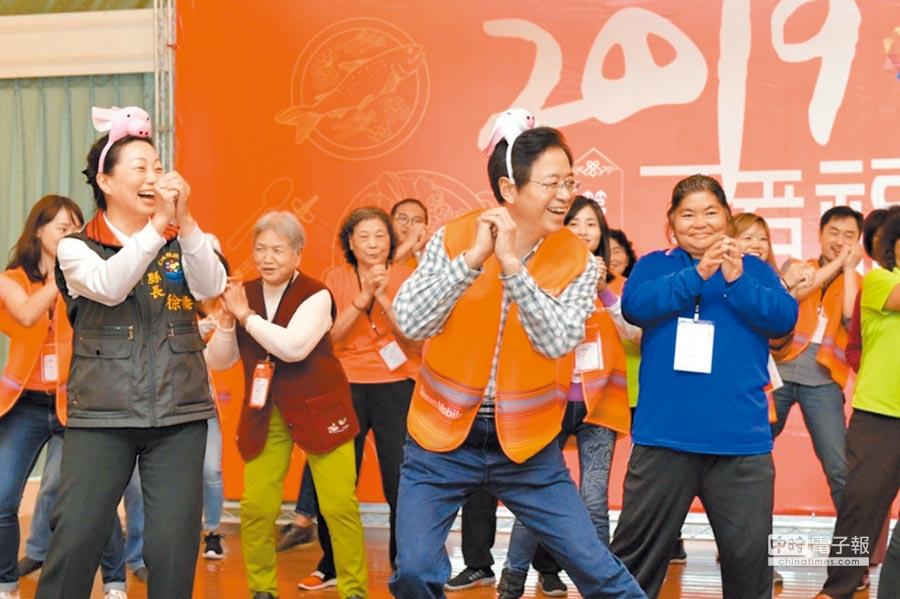 花蓮縣長徐榛蔚(前排左)、台灣大哥大基金會董事長張善政(前排右)與長者熱情共舞。(台灣大提供)
