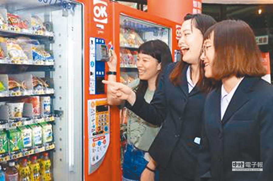 2018年9月17日,OK mini智慧型自動販賣機前進校園。(本報系資料照片)