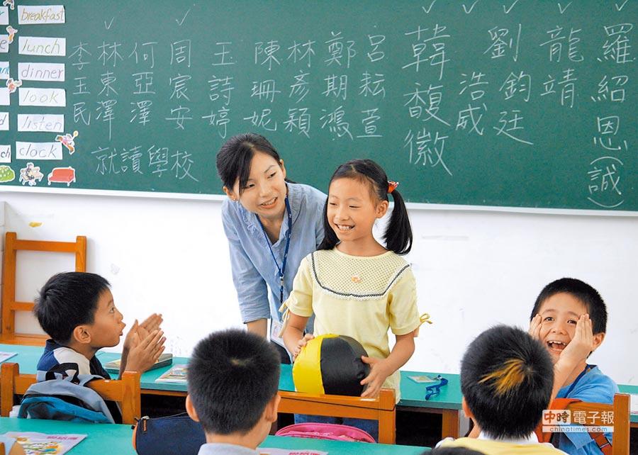 大陸放寬台師赴陸任教限制,未來台師可在中小學任教。圖為一台籍教師在上海台胞子女學校授課。(中新社資料照片)