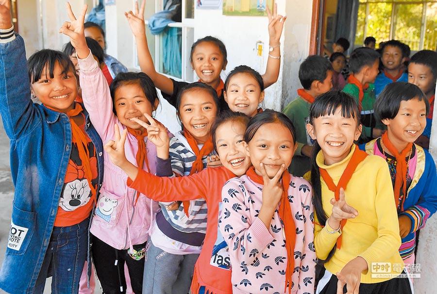 義務教育為教育政策根本。圖為雲南一國小學生開心合照。(新華社資料照片)