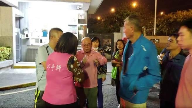 高雄林園信昌化工廠12日晚間起火,附近居民相當擔心,衝往廠區大門口急著了解狀況。(高市議員邱于軒提供)