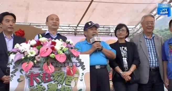 高雄市長韓國瑜、民進黨立委邱議瑩上午出席蜜棗評鑑會時巧遇,兩人零互動。翻攝中天新聞