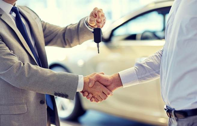 消費者跟汽車業務員打交道,如何議價拿到漂亮價錢,雙方的攻防戰必不可少。(達志影像/shutterstock)