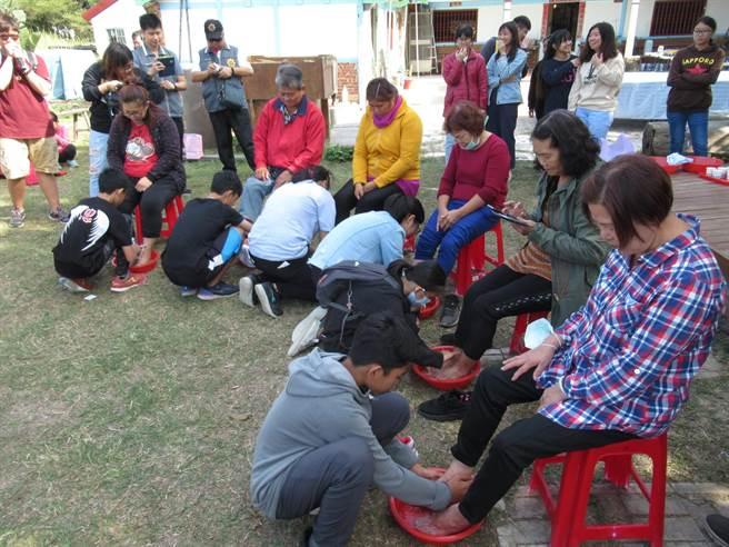 參與北台南家扶少年展力計畫的37位孩子,13日在學甲鼎農村辦活動,替自家長輩洗腳、按摩,還親自下廚做料理,感謝親恩,場面溫馨。(莊曜聰攝)