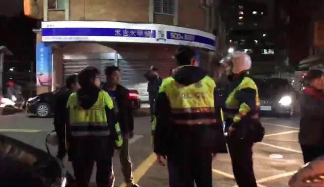 多位民眾聚集在林男住處外堵人,蘆洲分局調派警力到場戒護。(吳岳修翻攝)