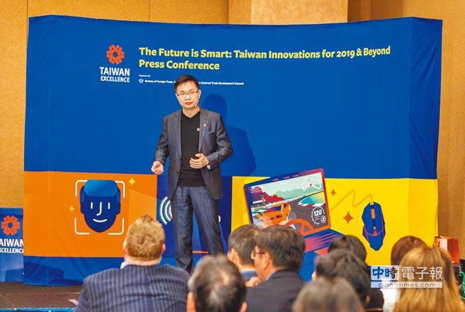 外貿協會董事長黃志芳在CES介紹最新台灣科技產業趨勢。(貿協提供)