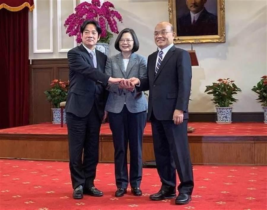 在蔡英文(中)見證下,蘇貞昌(右)正式與賴清德(左)交接(圖/彭媁琳攝)