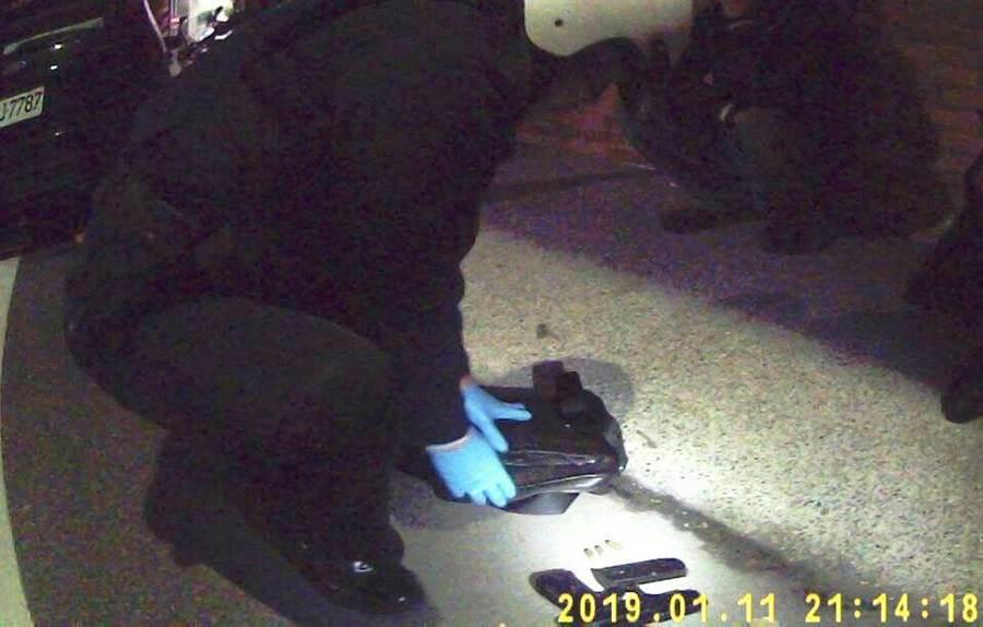 基隆市警方巡邏時發現2名男子形跡可疑,從車上起出改造手槍1支,子彈3顆。(游昊予翻攝)