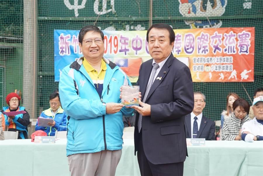 縣長楊文科(左)與日本都城少年野球團本部長星原透賽前互贈禮致意。(徐養齡攝)