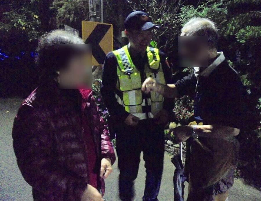 員警協助周姓老夫妻返家。(警方提供)