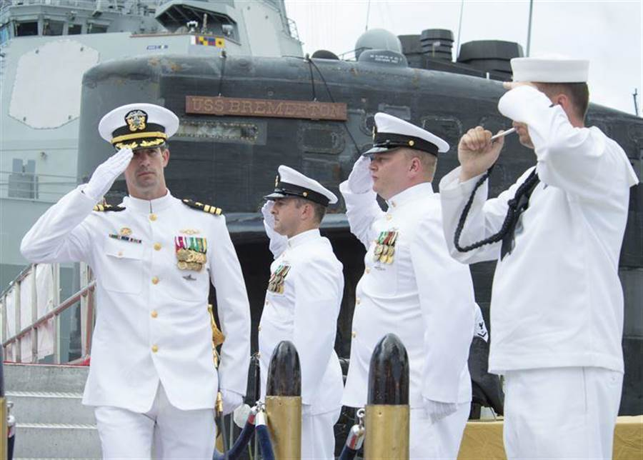 美國海軍潛艦布雷默頓號(USS Bremerton)(SSN-698)艦長塞特爾(左)於任務期間嫖妓,去年8月遭到革職。(圖/美國海軍官網)