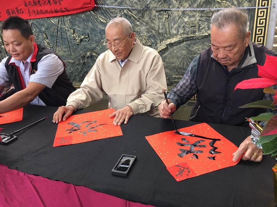 日月潭藝壇宗師劉啟和(中)與20多名書畫家共襄盛舉。(沈揮勝翻攝)