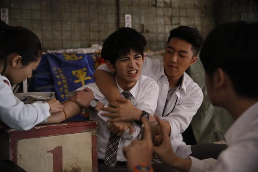 鄧育凱(左二)在電影裡慘遭蔡凡熙霸凌。