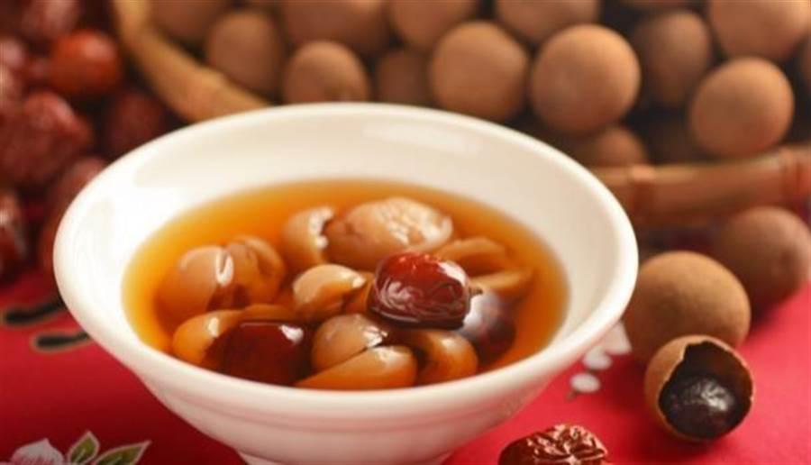 桂圆红枣茶也有健脾、暖胃、养血、醒脑等功效,有助改善食欲不振、慢性疲劳、四肢冰冷的现象。(图片来源/shutterstock)