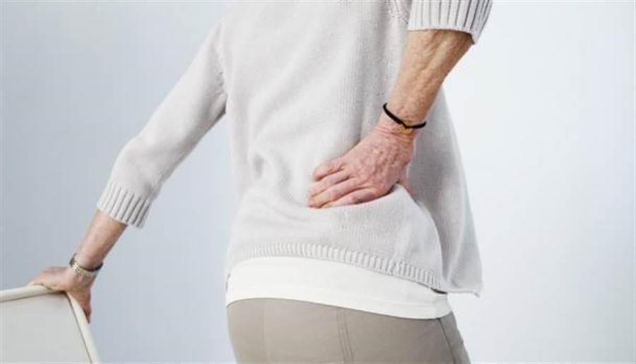 医师提醒,不明原因造成的慢性下背痛,必须找出引发疼痛的原因、对症下药,否则长时间使用护腰并无实质效用。(图片来源/shutterstock)
