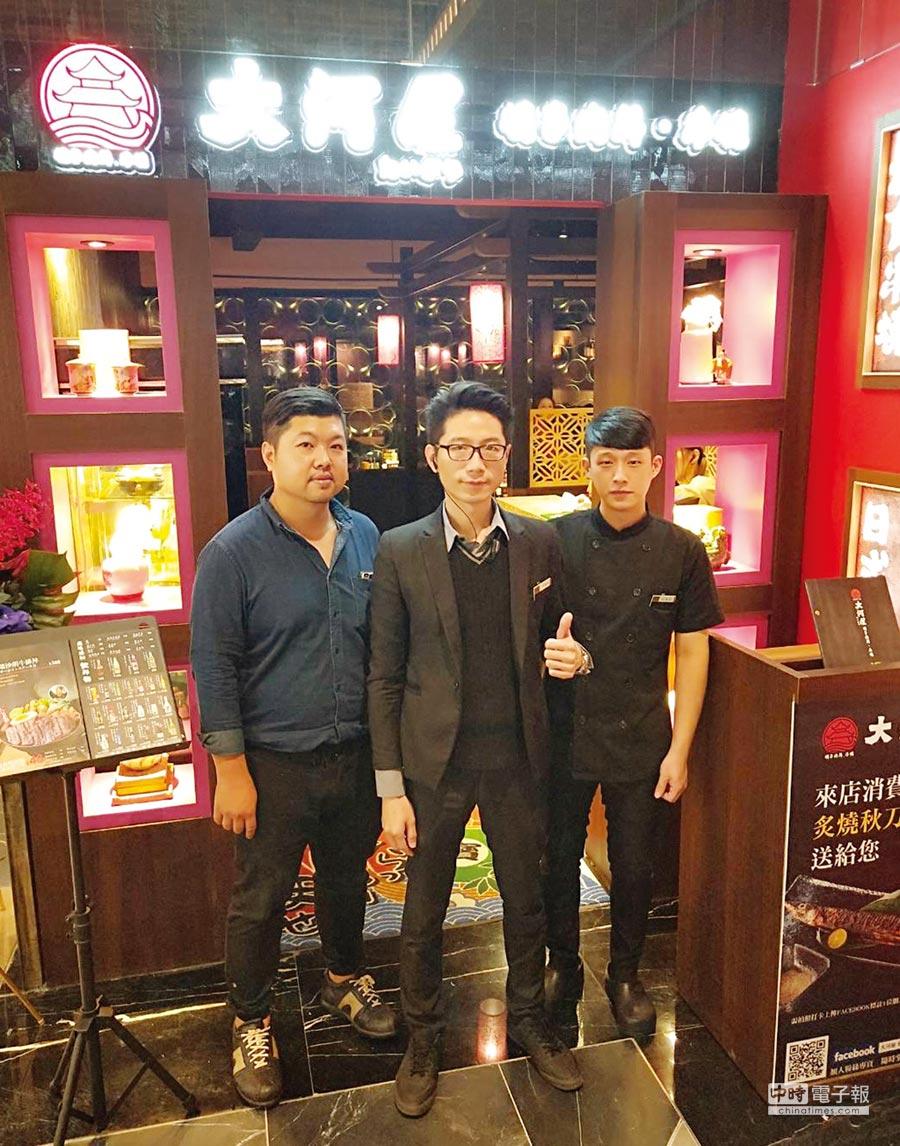 大河屋主廚柳正隆(左)、品牌經理吳嘉展(中)與店長袁廣軒(右)共同在微風南山店前宣傳日式美食。圖/業者提供