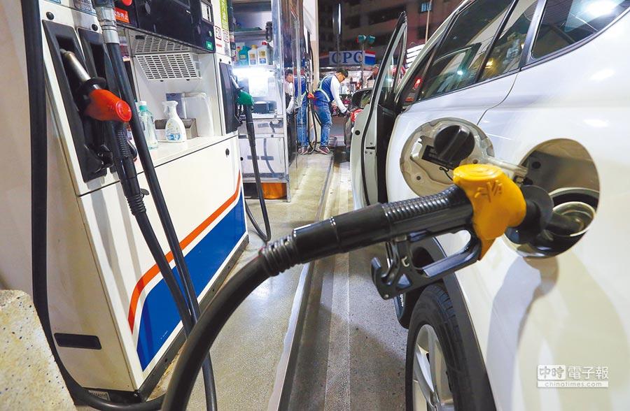 因國際油價本周勁揚,中油、台塑明天凌晨將全面調漲汽油每公升1.1元、柴油1.2元,是2年3個月來最大單次漲幅。圖為加油站員工12日替民眾加油。(趙雙傑攝)