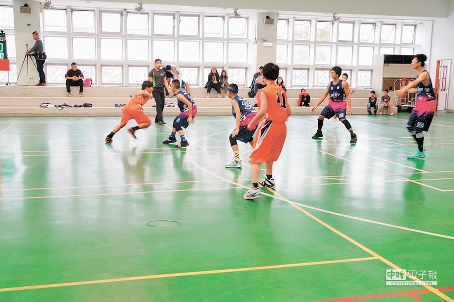 日本奈良市「Sunshies」籃球協會成員來訪新竹市,與舊社國小學生打交流賽。(邱立雅攝)