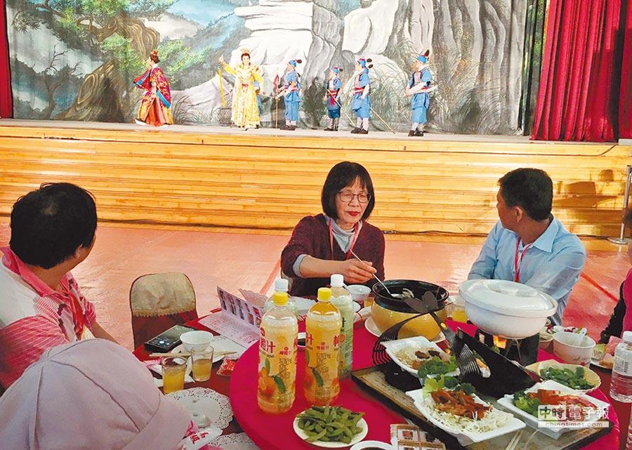 天主教中華聖母基金會12日在吳鳳科大辦50桌,宴請嘉義縣市的弱勢家庭圍爐吃尾牙。(廖素慧攝)