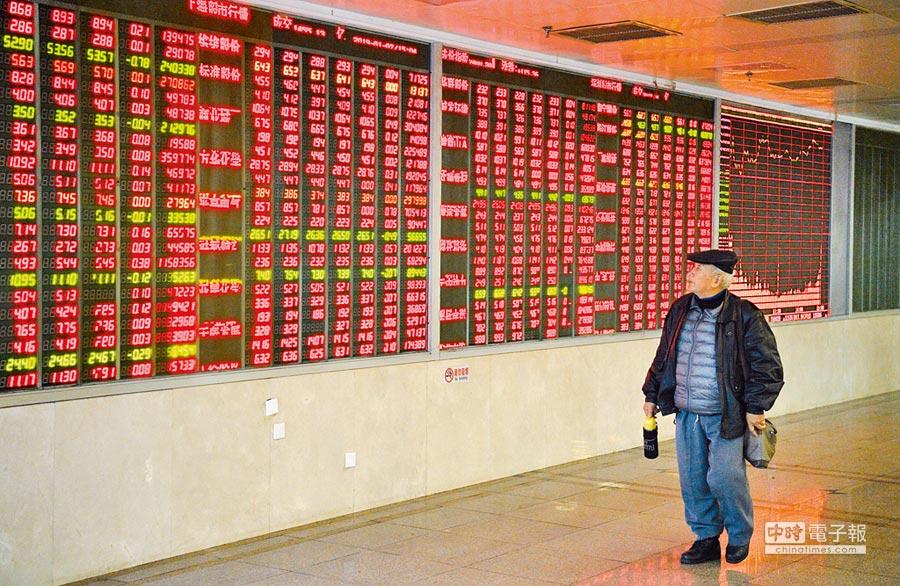 大陸新股上市有44%漲停限制。圖為四川成都某證券交易大廳的股市大螢幕。(中新社資料照片)
