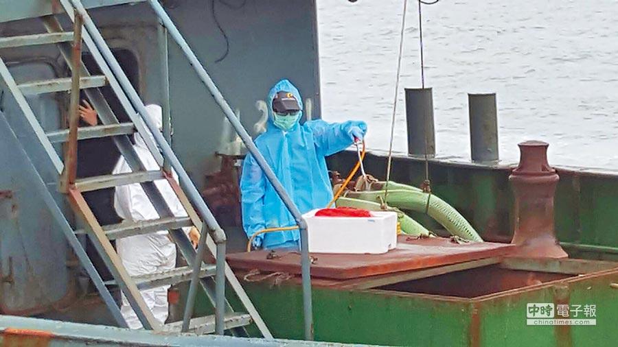 澎湖海巡隊查扣陸船發現10公斤豬肉(保麗龍盒裝)。(中央社)