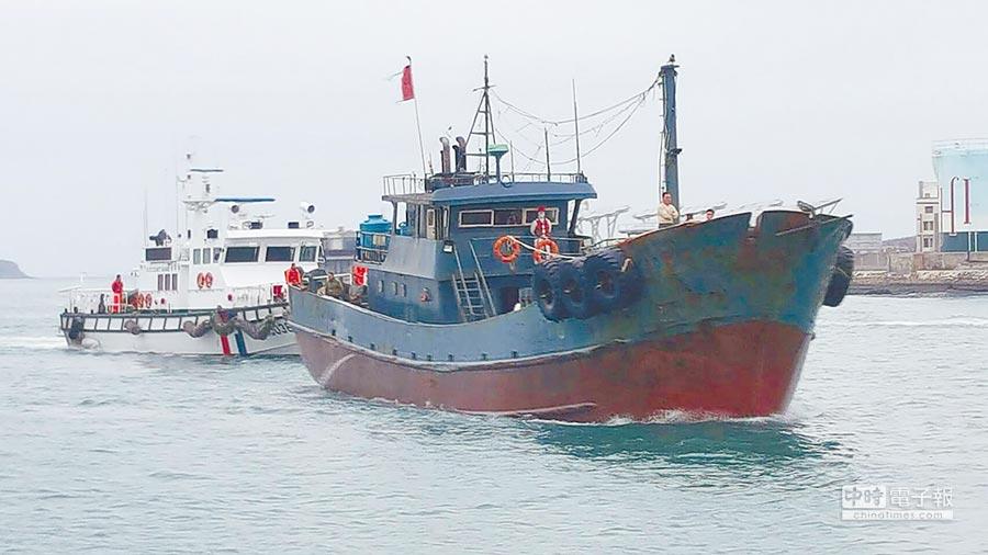 海巡隊12日在澎湖查獲一艘大陸「永興8號」搬運船越界,發現船上有約10公斤豬肉。(中央社)