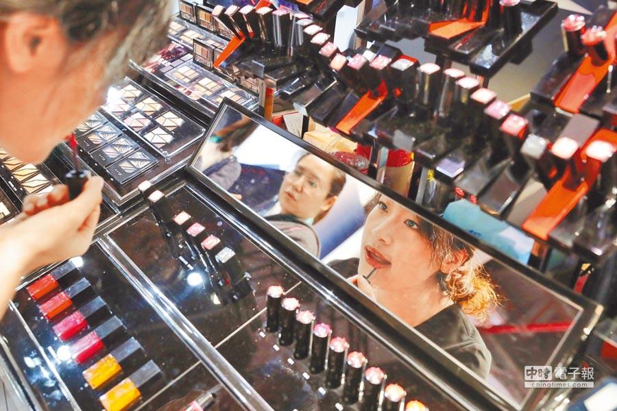 2018年11月10日,首屆中國國際進口博覽會,不少化妝品展台前擠滿女性民眾。(中新社)