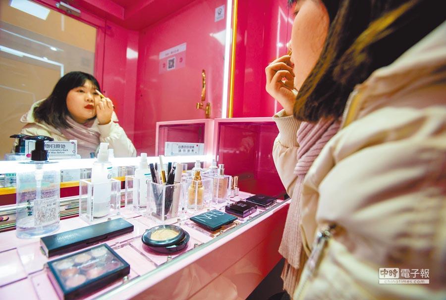 1月11日,民眾在武漢一家商場體驗「共享化妝間」。(中新社)