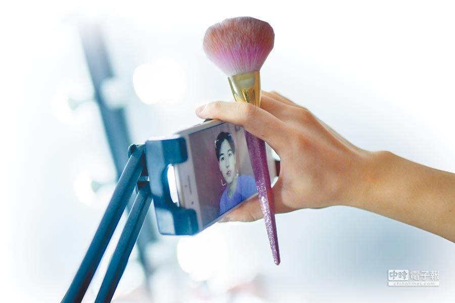 北京年輕男性在家中化妝打扮,並在網路上分享美容祕訣。(CFP)
