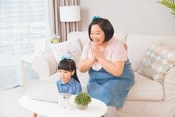鍾欣凌菜英文 代言沾光女兒