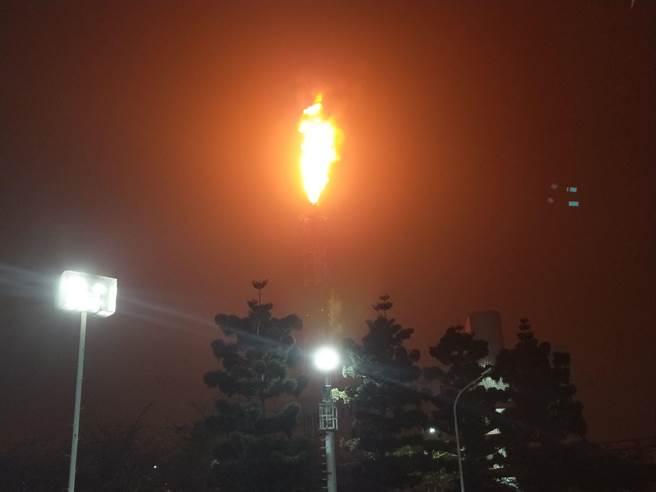 中油位於高雄林園的石化事業部14日晚間因不明原因跳電,製程設備跳俥,原料氣體引至燃燒塔處理。(林宏聰翻攝)