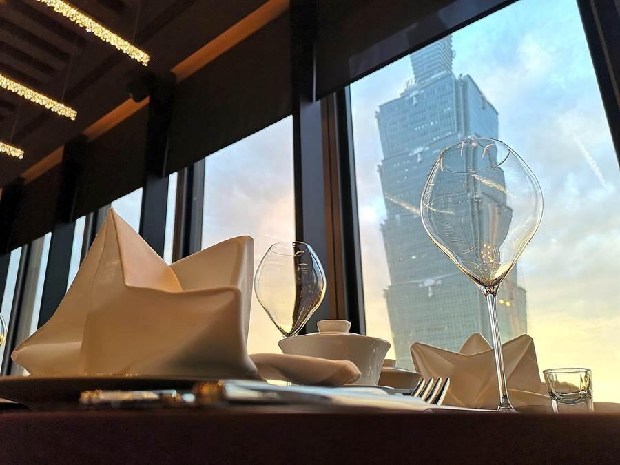 位在微風南山46樓的〈SHINPUYUAN新葡苑四十六〉餐廳,是離台北101最近的高樓景觀中餐廳。(圖/姚舜)