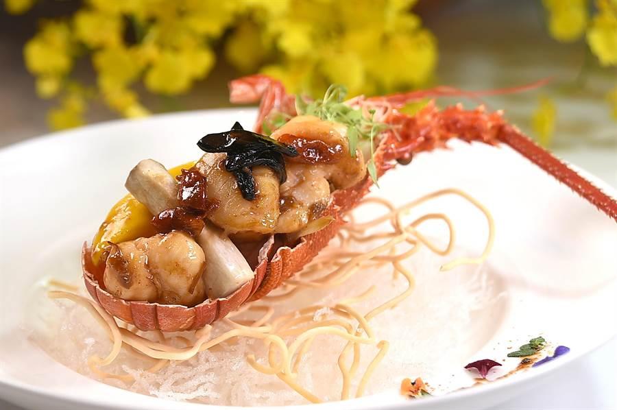 高檔餐廳就是要貴客挑骨去刺、剝殼拆蟹,〈SHINPUYUAN新葡苑四十六〉的〈養生黑蒜X0醬龍蝦帶子〉就完全符合這個標準。(圖/姚舜)