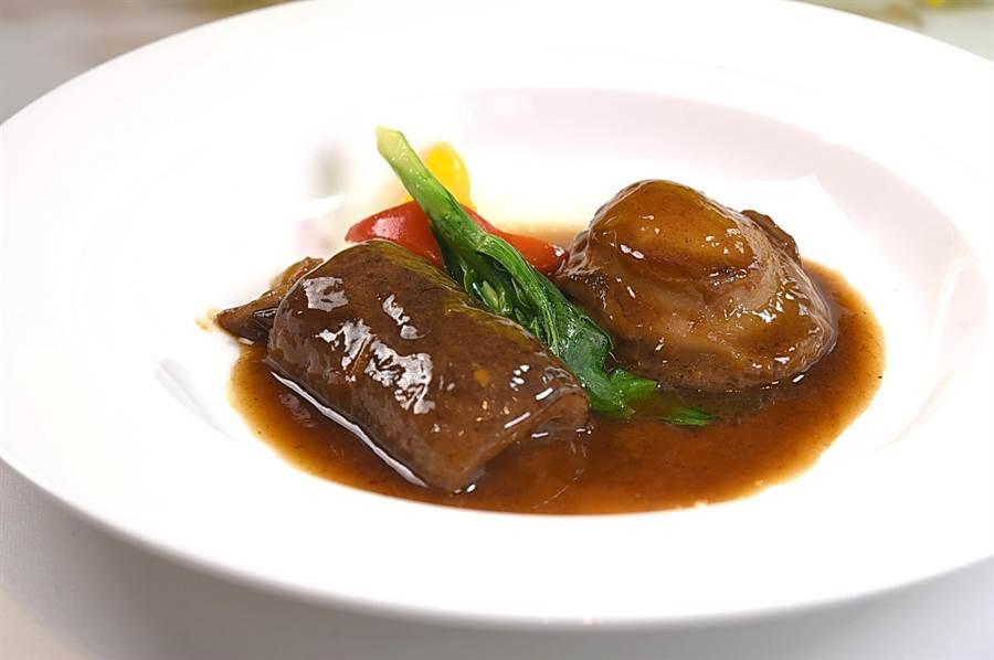 〈南非鮑佐烏參〉的烏參作法是江浙式的「蔥火靠」法,鮑魚則是用粵菜作法用鮑汁與上湯滷煮。(圖/姚舜)