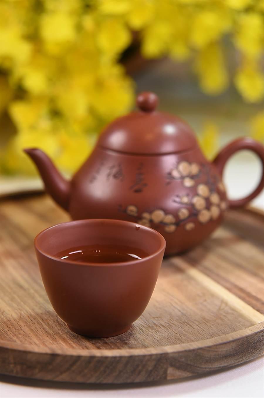 〈SHINPUYUAN新葡苑四十六〉不只有恆溫酒庫,讓客人以紅白葡萄酒佐餐,亦有TeaParingMenu讓客人以不同的茶佐餐,圖為苗栗東方美人茶。(圖/姚舜)