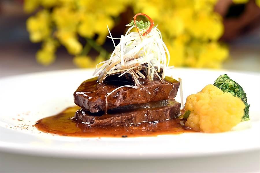 〈蜜汁參巴醬佐牛肉〉是以澳洲和牛牛舌,用加了參巴醬調味的滷汁滷煮,中層還夾了燉煮厚切的白蘿蔔,上層則有牛肝箘置頂。(圖/姚舜)