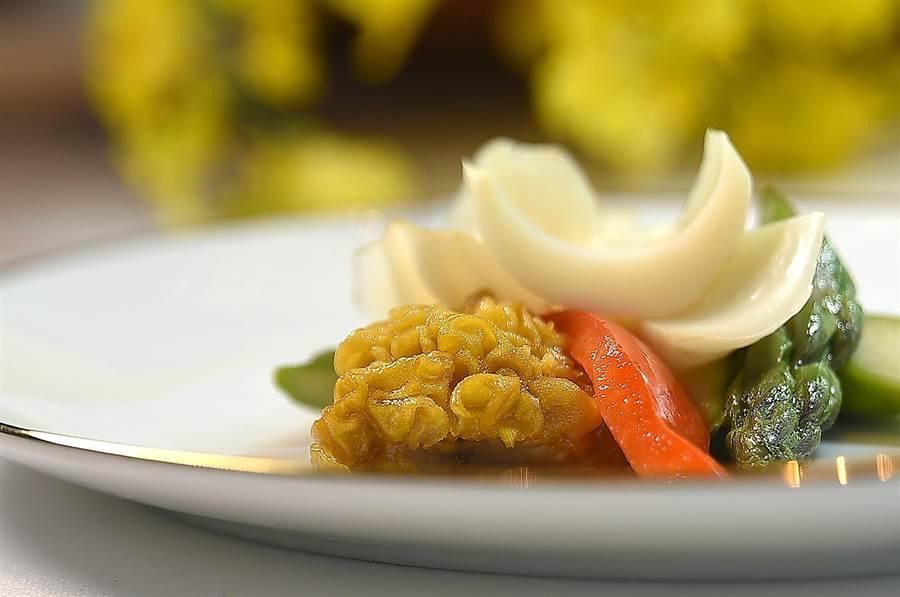 有淡淡桂花香的黃耳又叫「桂花耳」,主廚胡明華用它與日本百合和澳洲蘆筍合炒成菜。(圖/姚舜)