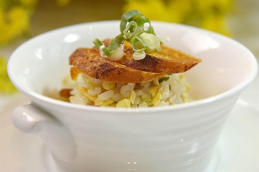 香鬆的〈烏魚子炒飯〉因有厚切烏魚子加持,味道更鮮。(圖/姚舜)