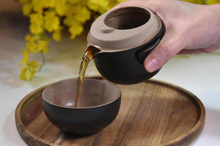 〈SHINPUYUAN新葡苑四十六〉的佐餐茶分別用不同杯具盛裝,如用紅玉茶花沖泡的茶,用的就是快克杯。(圖/姚舜)