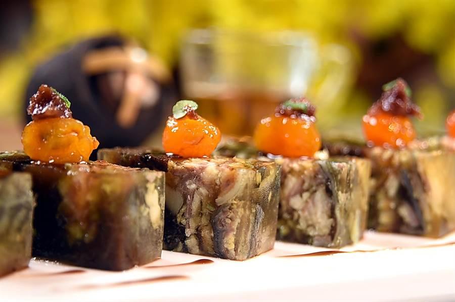 〈紫蘇梅鑲鰻魚〉是將鰻魚醃漬、蒸熟、煙燻,再切塊與馬蹄、化核梅、紫蘇梅一起扣模再凝結成凍作成,出菜時並用蜜金桔提味。(圖/姚舜)