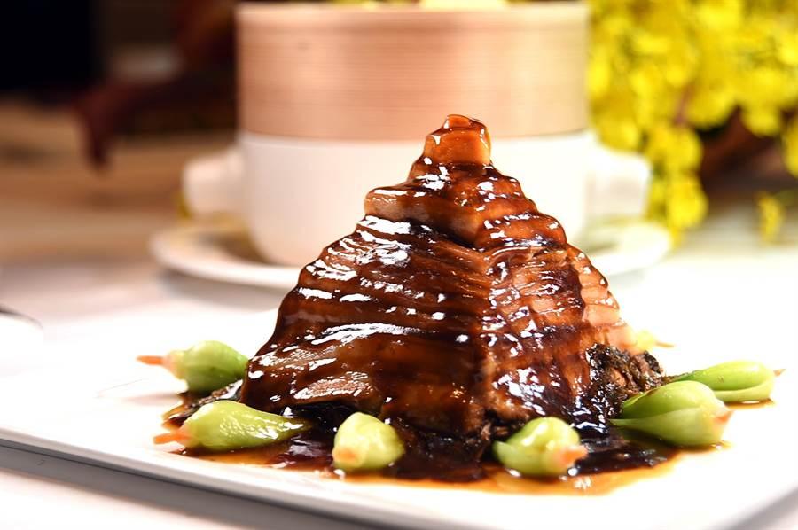 形如寶塔的〈一刀肉〉,靠的是廚師精緻刀工,〈SHINPUYUAN新葡苑四十六〉菜單上有這道菜。(圖/姚舜)
