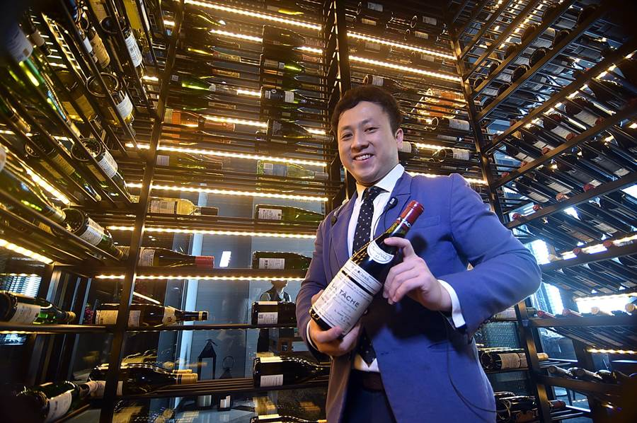 〈SHINPUYUAN新葡苑四十六〉規畫有恆溫儲酒室,請到專業侍酒師鍾禹康設計酒單與TeaParingMenu。(圖/姚舜)