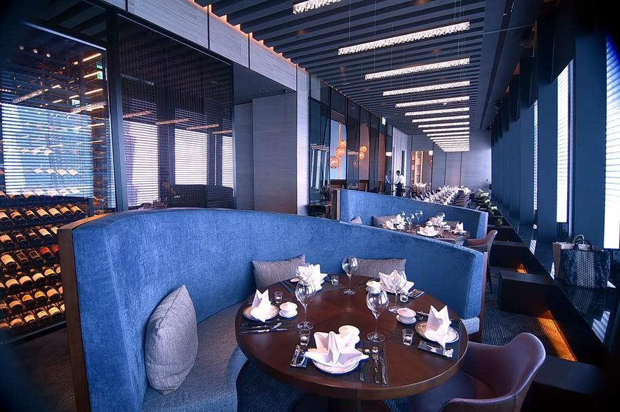 位在微風南山46樓的〈SHINPUYUAN新葡苑四十六〉餐廳,占地140坪、4間包廂,可接待102位客人用餐。(圖/姚舜)