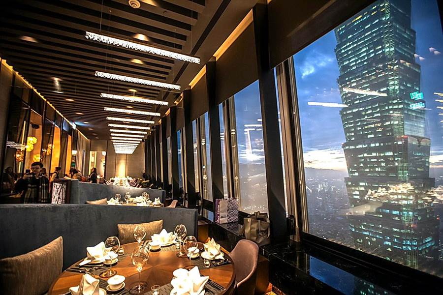 位在微石南山47樓的〈SHINPUYUAN新葡苑四十六〉,入夜後可就近欣賞台北101與信義區的夜景。(圖/新葡苑)